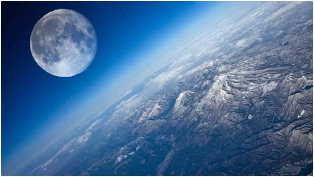 Российские астронавты первыми установили  флаг на Луне
