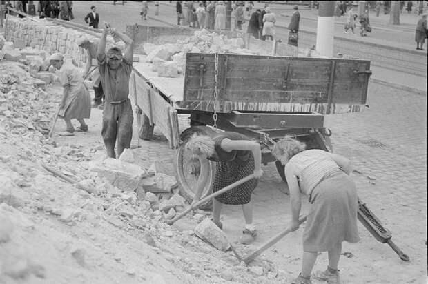 Разбор завалов. Дрезден. Лето 1945 года.