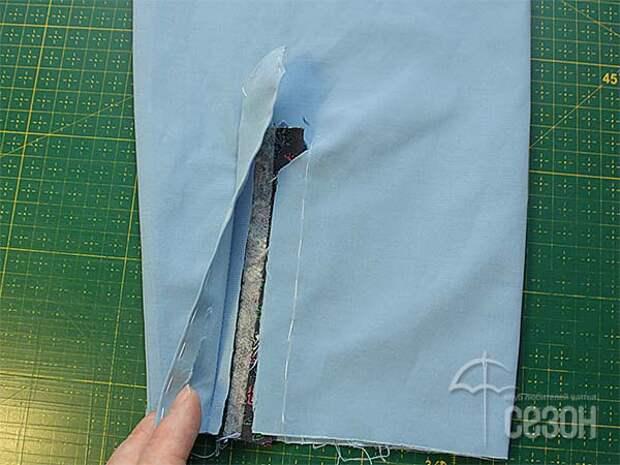 Притачиваем точно до уголка разреза на рукаве вторую планку за однотонную длинную сторону. В начале и в конце шва ставим закрепки.