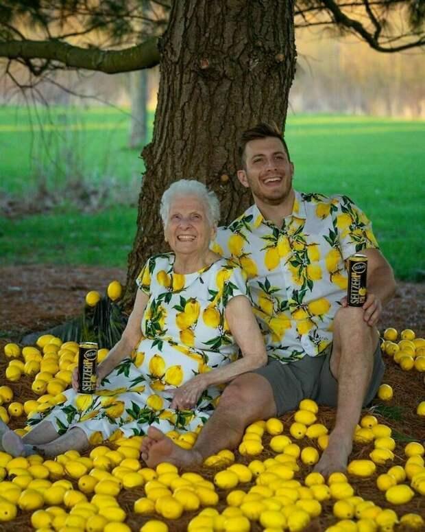 Веселью все возрасты покорны: 17 комичных фото от внука и его 95-летней бабушки