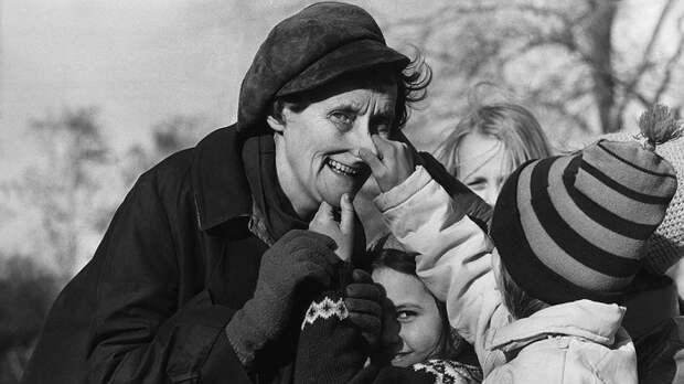 Астрид Линдгрен с детьми.