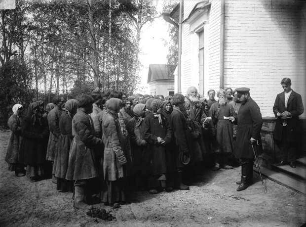 Крестьяне у земского начальника в городе Княгинино. Нижегородская губерния,1891-1892 год.