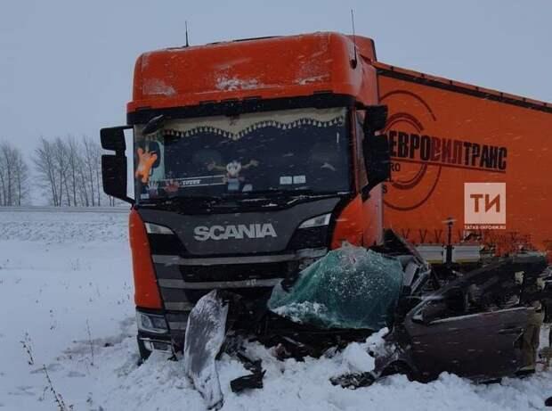 Автомобиль из Удмуртии столкнулся «в лоб» с фурой на трассе в Татарстане