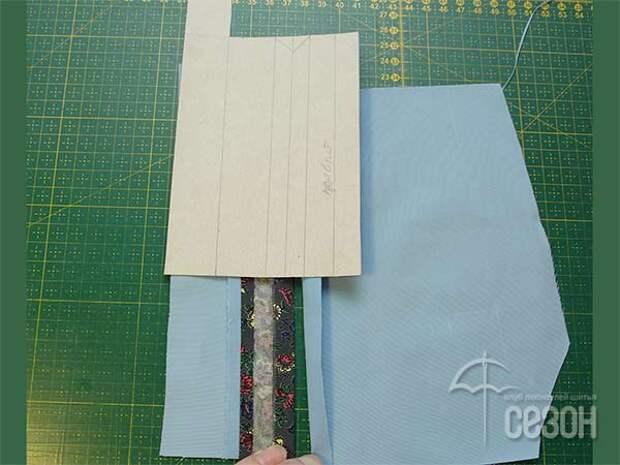 Выкраиваем планку, состоящую из двух разных тканей со швом посередине. Заутюживаем вертикальные припуски на изнаночную сторону.