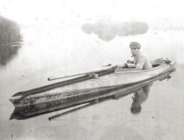 Охотник с пунтовым пистолетом на лодке