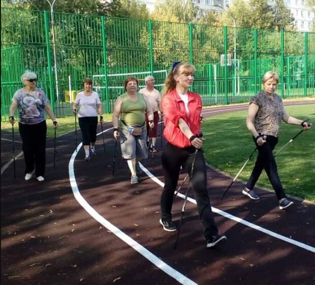 Занятия скандинавской ходьбой для пенсионеров возобновились в Алтуфьеве