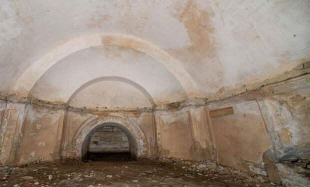 Люди осушили озеро и случайно нашли вход в секретный лабиринт под дворцом