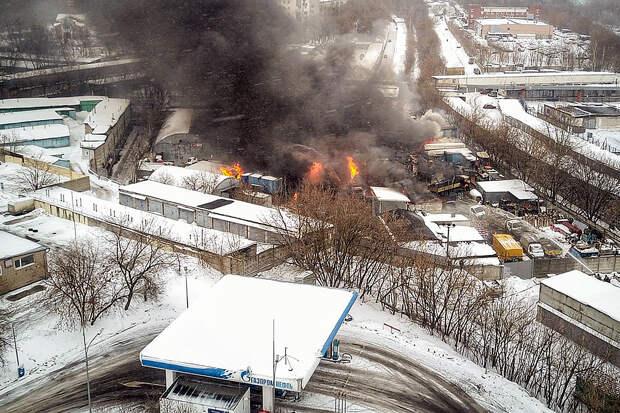 Крупный пожар начался на северо-западе Москвы