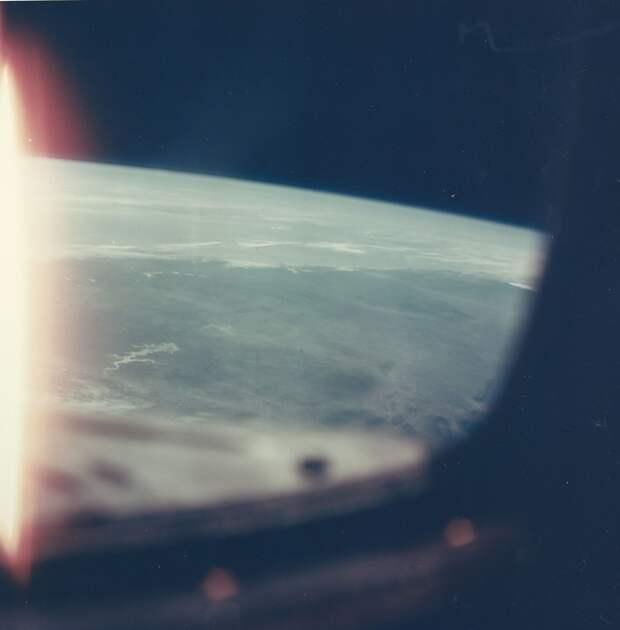 28. 1965, 23 марта. Земля освещенная Солнцем во время первого витка на орбите «Джемини»-3 пилотируемого Вирджилом Гриссомом и Джоном Янгом
