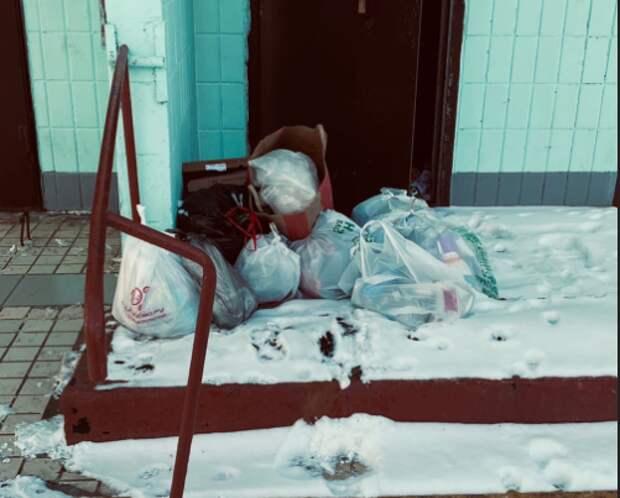 Коммунальщики убрали мусор у подъезда дома на Бестужевых