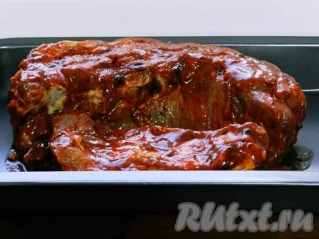Выложить мясо  на противень с высокими бортами, накрыть фольгой и поставить в нагретую до 180 градусов духовку на 1 час. Затем фольгу снять, уменьшить температуру до 120 градусов и запекать еще 1 час.