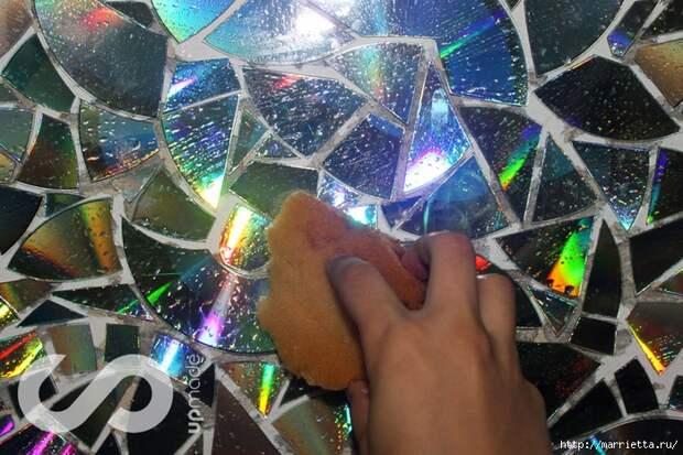 Отделка рабочей стены на кухне мозаикой из компакт-дисков (3) (700x466, 362Kb)
