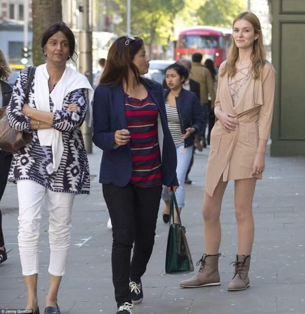 Журналистка показала, как прохожие реагируют на девушку в одежде с подиума