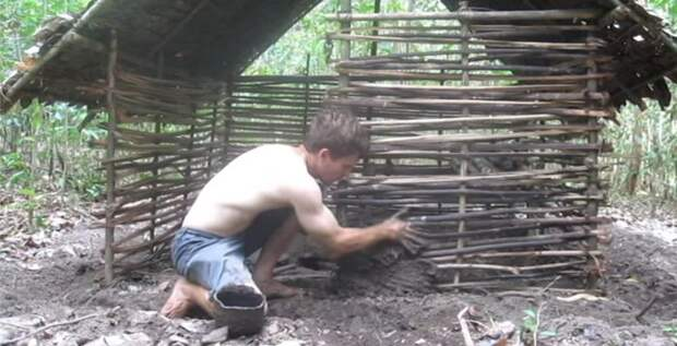 Парень голыми руками построил просто отпадный дом в лесу (видео)