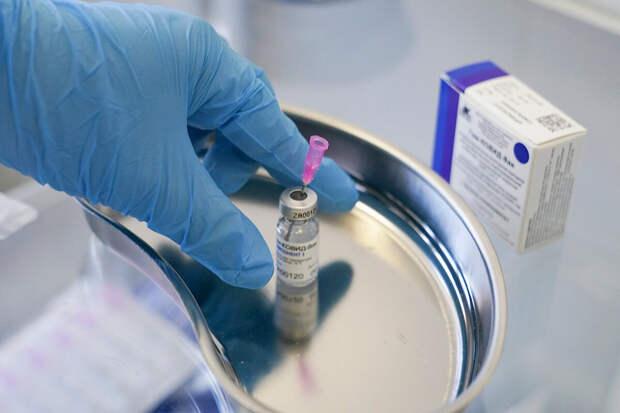 Врач раскритиковал выборочную вакцинацию россиян от COVID-19