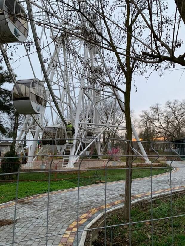 В Евпатории два человека застряли на колесе обозрения