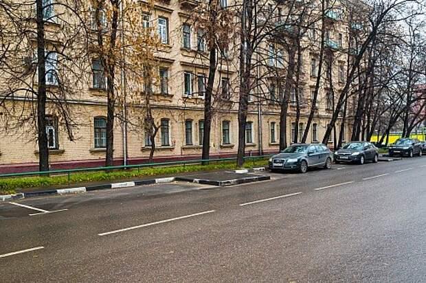 http://www.zr.ru/content/news/832976-Дефицит парковочных мест часто создается искусственно. Например. в Жуковом проезде – непонятные асфальтовые языки посреди специально сделанного кармана.