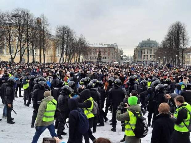 На площади Пионерской, куда была перенесена акция в Петербурге, задержали несколько человек