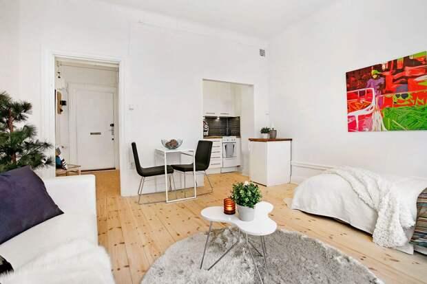 Яркая картина в белом интерьере малогабаритной квартиры