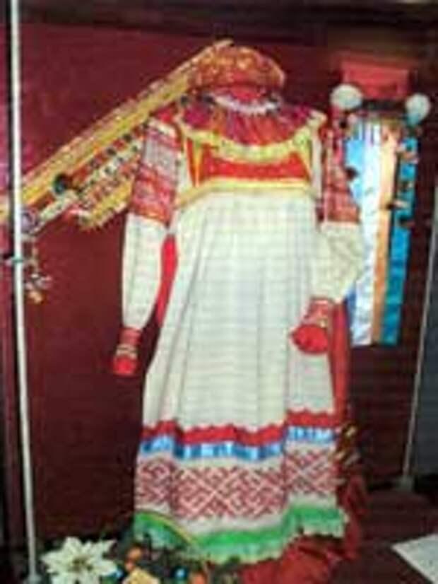Свастика на женском костюме