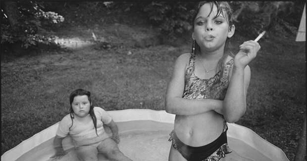 История скандального снимка из журнала Life 1990 года: как сложилась жизнь курящей девочки