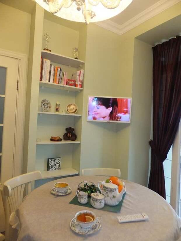 Интерьер кухни, обеденный стол со скатертью