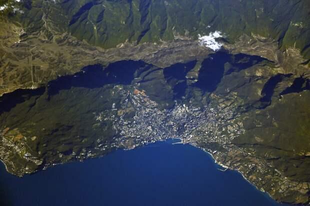 Прямиком из космоса: россиянин поделился фотографиями Крыма, сделанных из МКС