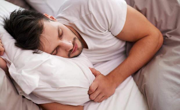 Недостаток сна Недостаток сна провоцирует выброс грелина — гормона, ответственного за чувство голода. Уровень лептина, контролирующего ощущение сытости, наоборот падает. Кроме того, ваш мозг испытывает недостаток в глюкозе, получить которую проще всего из быстрых углеводов. Попробуйте установить постоянный режим сна: скорее всего, проблема вечного голода пройдет сама собой.