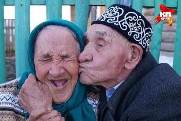 """86-летние Нуриян и Ишбика Абдразаковы из Башкирии живут вместе уже 65 лет. ИХ секрет долголетия - любить друг друга и никогда не расставаться. Искренне желаем им отметить вместе 65-летний юбилей! Фото: """"КП-Уфа""""."""
