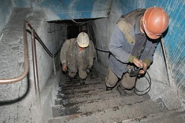 Двух горняков ищут после пожара на шахте в Коми