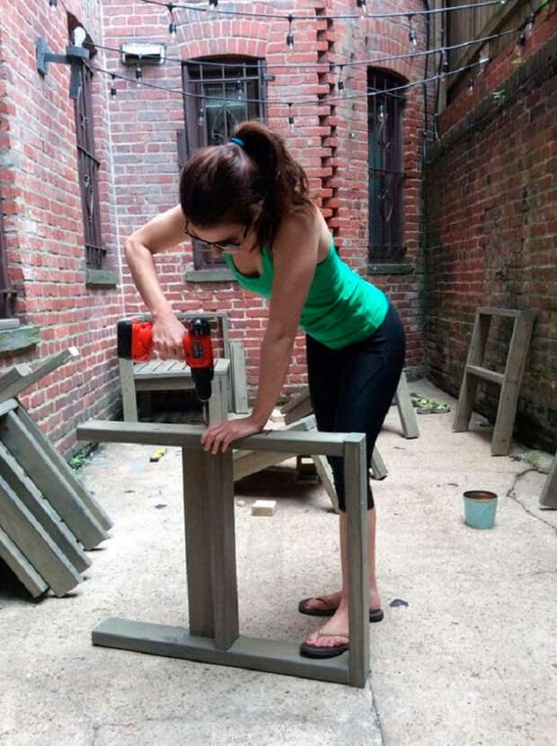 Она взяла вруки дрель иобустроила свой крохотный дворик под окнами квартиры... Теперь есть где отдыхать сдрузьями!