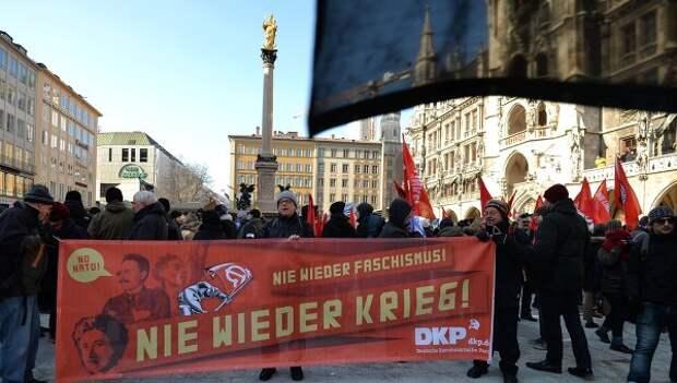 Участники демонстрации против политики НАТО на площади у городской ратуши в Мюнхене. Архивное фото.