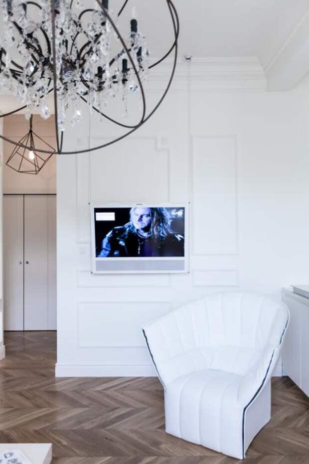 Телевизор подвесили на тросиках с потолка.