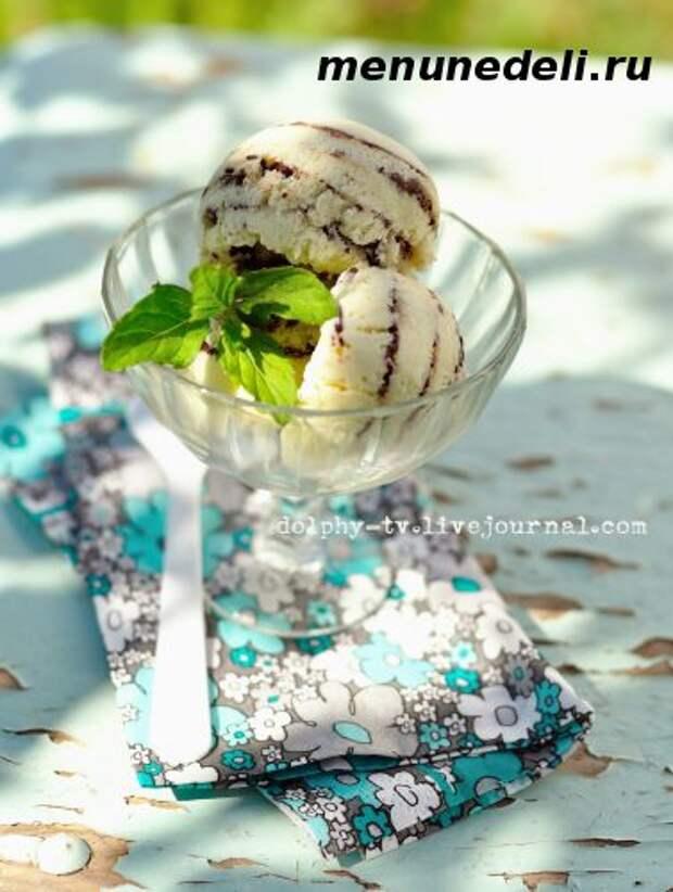 Шарики мятного мороженого с шоколадными прожилками в креманке