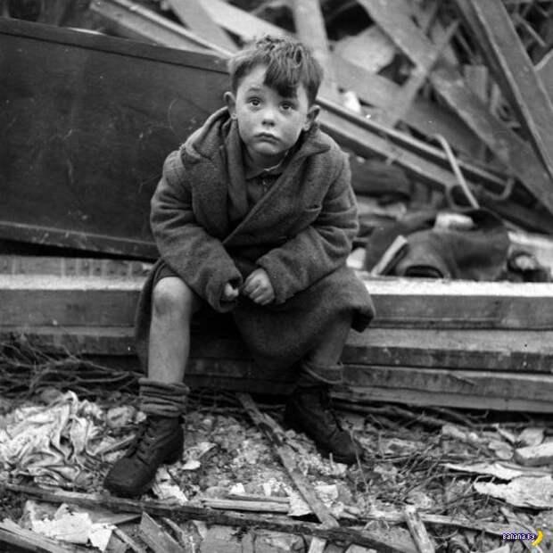 Лондонский мальчик на развалинах своего дома, разрушенного р…