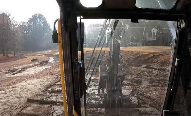 Вызволение экскаватора из болота с помощью другого экскаватора: видео из кабины экскаваторщика
