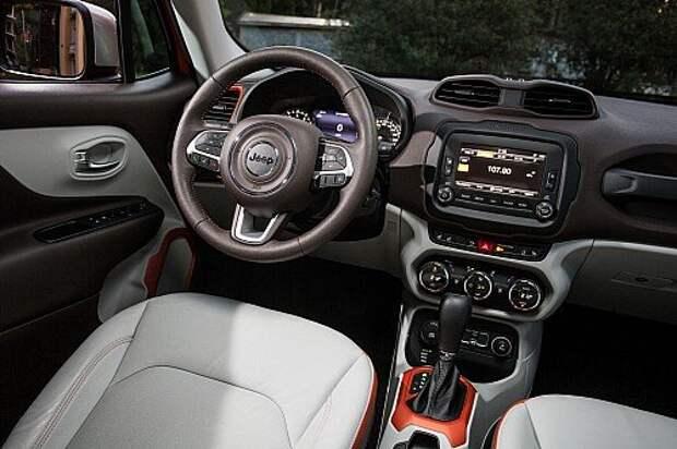 Jeep Renegade. Интерьер имеет много общего с фиатовским кроссовером 500Х и компактвэном 500L. Массивная ручка перед пассажиром – дань уважения модели Wrangler, наследнику легендарного Виллиса.