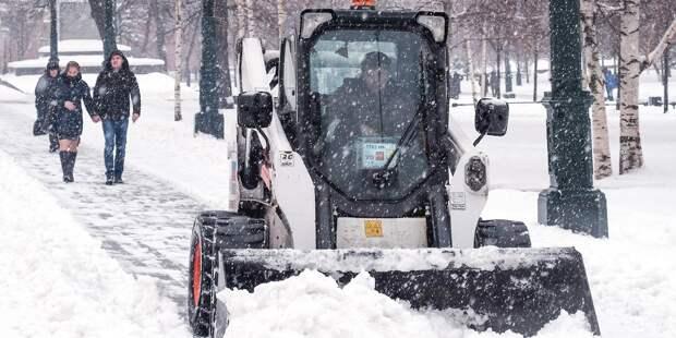 В Марьиной роще «Жилищник» ведет борьбу со снежными завалами