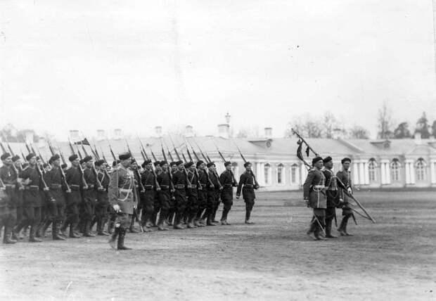 14. Пехотная часть проходит маршем на параде войск