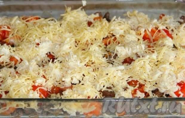 Моцареллу и обычный сыр натираем на терке, посыпаем обильно помидоры.