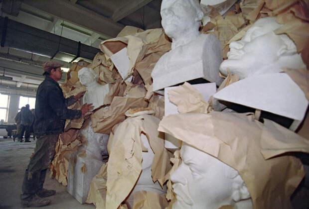 Этот завод, построенный в 1934 на окраине Москвы, выпускал в прошлом до 5000 бюстов Ленина в год