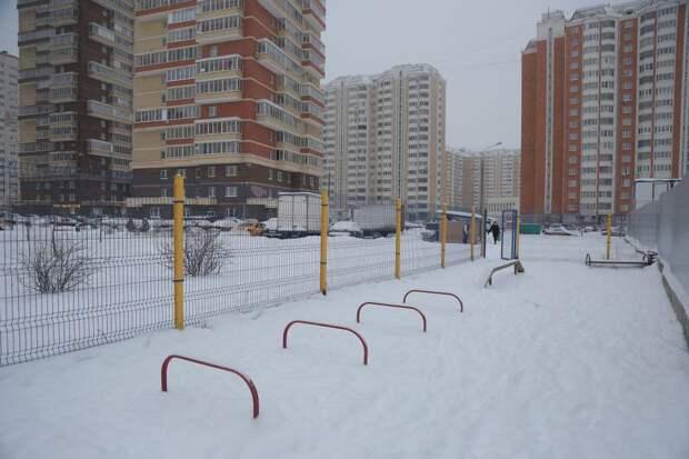 Со стороны парковки площадку разобрали / Фото: Артур Новосильцев