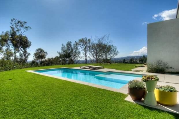 бассейн в зеленой зоне коттеджа