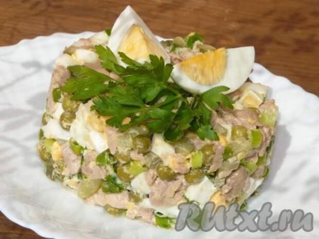 Такой наивкуснейший салат из печени трески можно подать в салатнике, а можно сделать порционно.