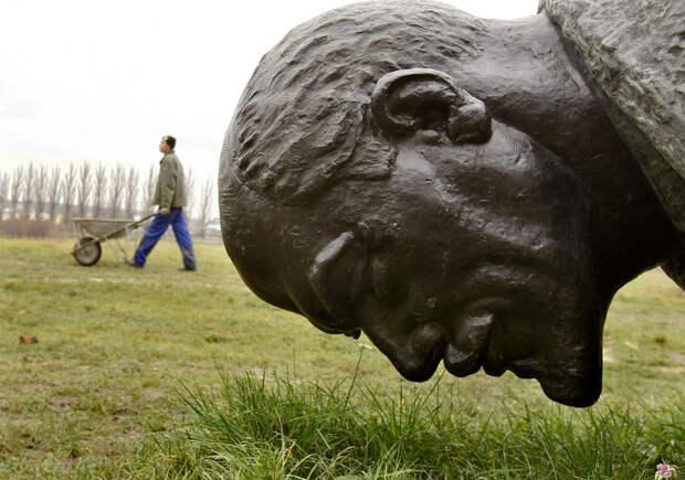 Ленин на заднем дворе Дворца Могошоая, Румыния