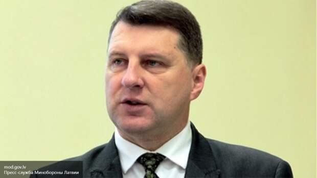 Латвийскому президенту запретили разговаривать на русском языке