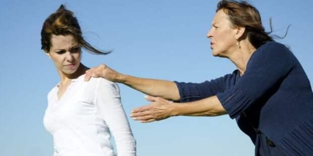 женщина останавливает девушку за плечо