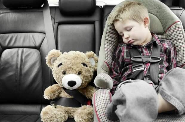 Когда в машине малыш, требуется особая осторожность. /Фото: verywellfamily.com