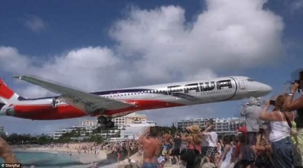 Турист заснял, как самолет пролетел над головами отдыхающих на пляже