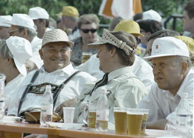 Юрий Лужков веселится на фестивале пива в Сокольниках, 1999 год